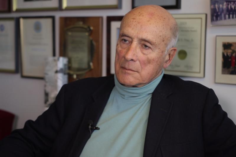 美國著名的國際政治學家、哈佛大學教授約瑟夫・奈伊在他辦公室接受美國之音記者莉雅的專訪。(美國之音)