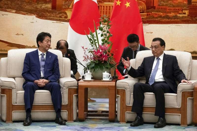 2018年10月25日,日本首相安倍晉三正式出訪中國,會見中國國務院總理李克強。(AP)