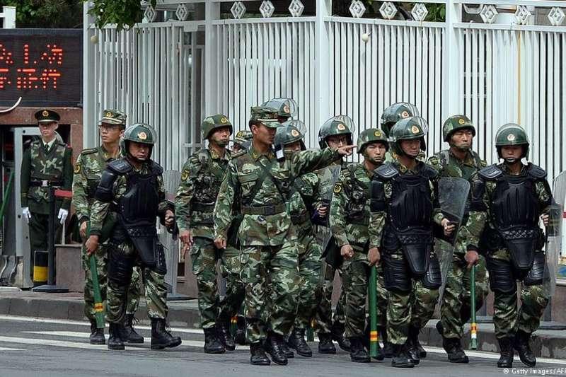 新疆街頭的軍警。(德國之聲)