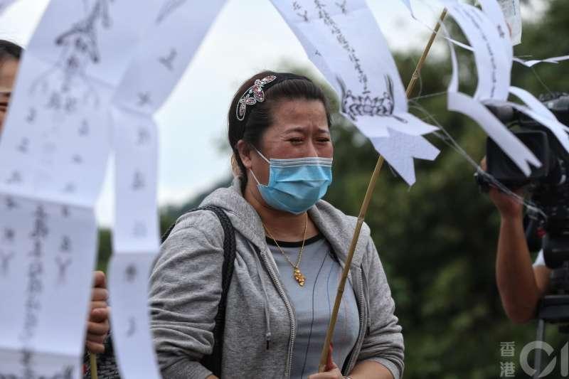 董家大女兒傷心痛苦,她哭訴﹕「整個家族,五個家庭,破碎了。」(圖/羅君豪攝,香港01提供)
