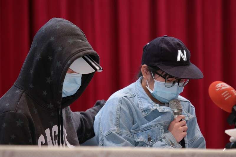 20181026-普悠瑪翻車事故台鐵司機員尤振仲子女26日出面召開記者會說明。(顏麟宇攝)