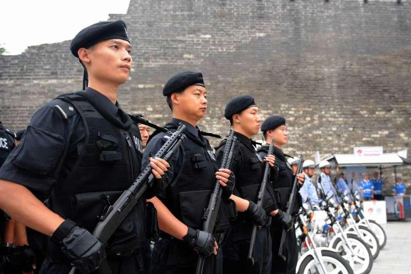 中國一處「職業訓練所」大規模的採購警棍、電擊棒,到底裡面幹的是什麼勾檔?(圖/德國之聲)