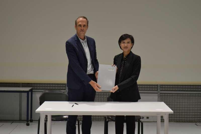 文化部長鄭麗君(右)9月中旬親赴法國,與法國音樂與聲響研究中心(IRCAM)總監馬德內(左)共同簽署合作意向書。(文化部提供)