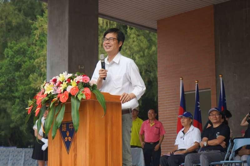 民進黨高雄市長參選人陳其邁今(26)日上午專程參加母校高雄中學的校慶活動,受到學弟們熱烈歡迎。(取自陳其邁臉書)