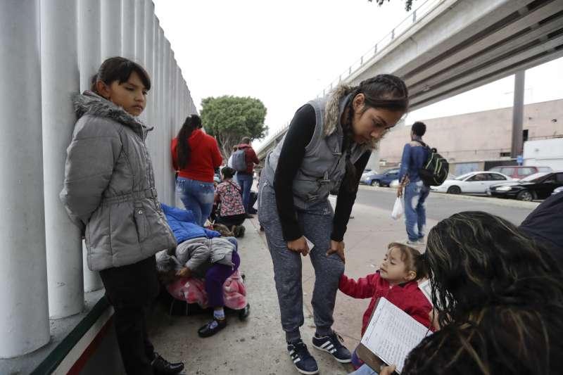 2018年10月,一支來自中美洲宏都拉斯的「移民遠征隊」向墨西哥與美國邊界進軍(AP)