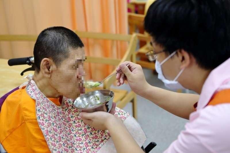 「如果我先走了,誰來照顧阿瑩?」與父母同老的憨兒,成了老夫妻這輩子最深的牽掛…(圖/育成基金會提供)