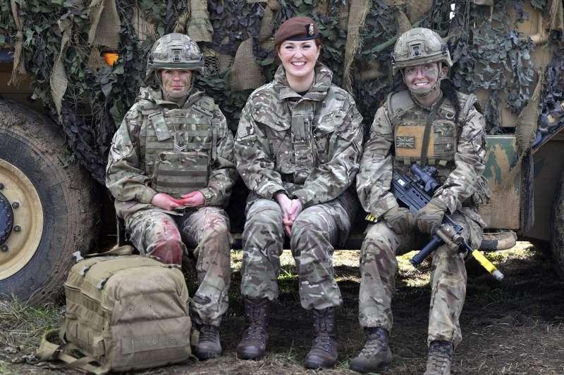 英國國防部宣布,將全面取消女性從軍所擔任的職務限制,未來英國女性可以在受訓後加入空降特勤隊、海軍陸戰隊等前線作戰單位。(美聯社)