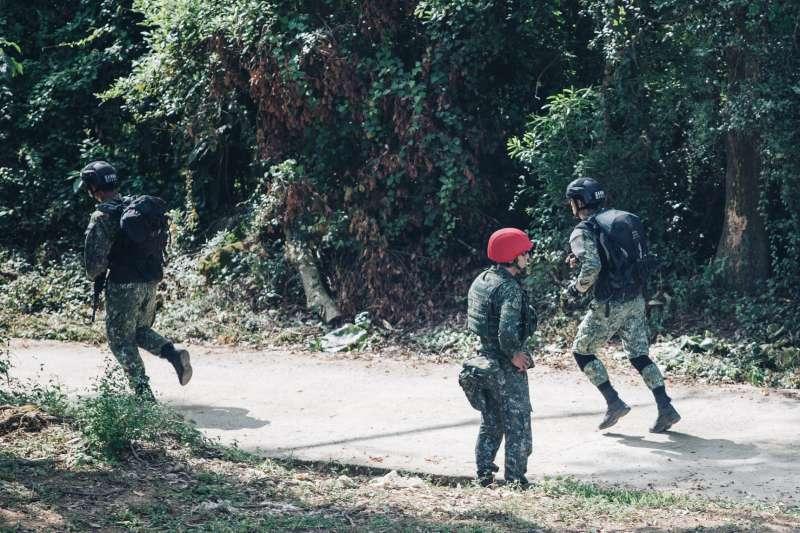 國軍近日在屏東地區舉行「特勤部隊關鍵戰力競賽」,在5天內進行步槍戰鬥射擊、綜合接力射擊等科目。圖中黑色頭盔的是憲兵特勤隊人員。(取自國防部發言人臉書)