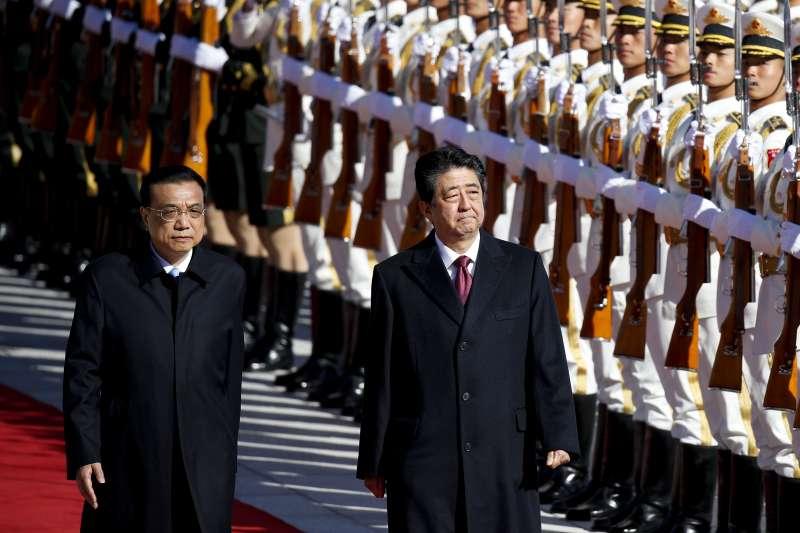 日本首相安倍晉三25日下午抵達北京,國務院總理李克強迎接並一同檢閱儀仗隊。(美聯社)