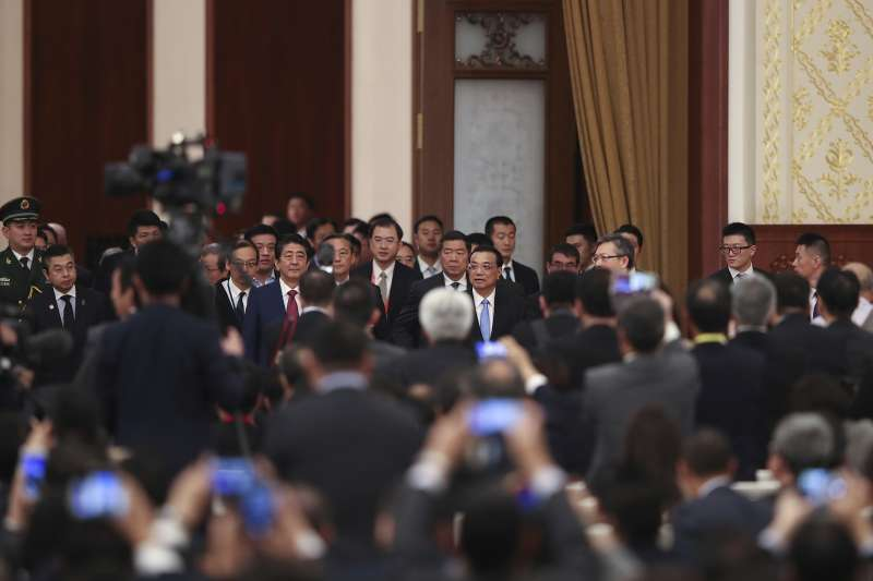 安倍晉三與李克強共同出席日中經濟合作論壇,雙方企業及政府機關簽署了52項合作計畫。(美聯社)