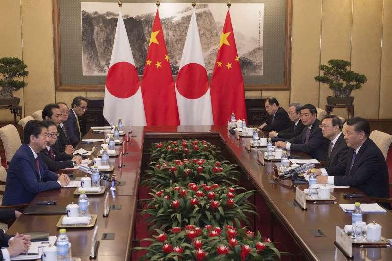 26日傍晚習近平與安倍晉三舉行會談,希望將兩國關係由競爭轉向合作,開啟中日關係新時代。(美聯社)