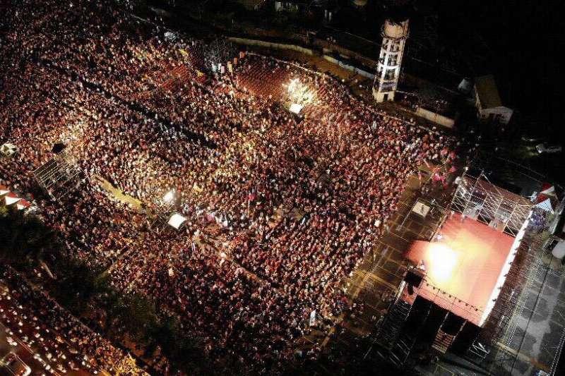 由高雄白派發起的高雄三山挺韓國瑜之友會在高雄鳳山舉辦造勢晚會,活動現場大爆滿。(讀者提供)