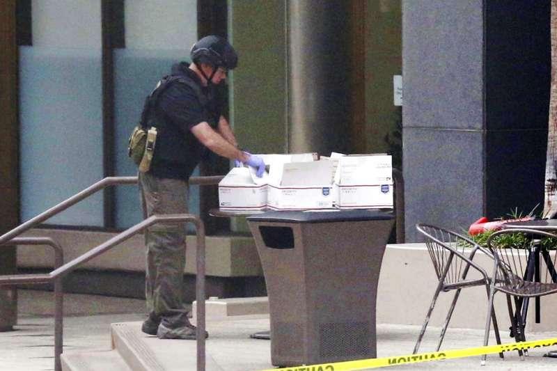 聖地牙哥的拆彈小組正在處理包裹炸彈。(美聯社)