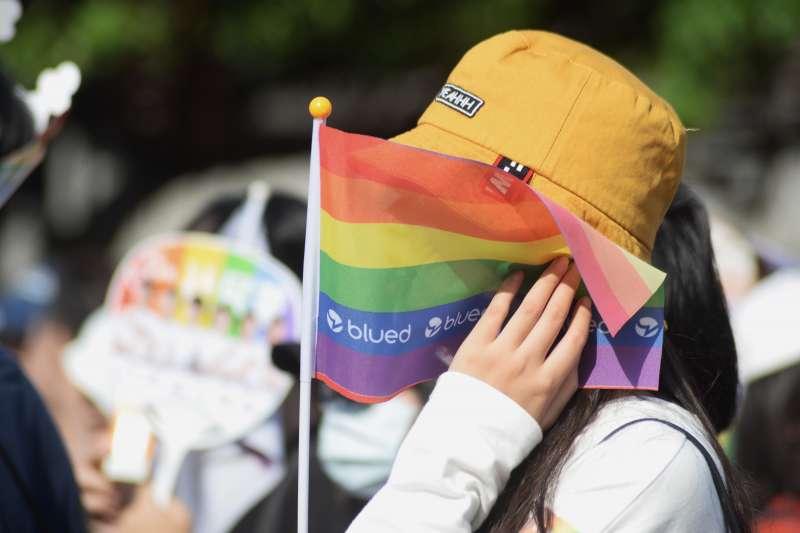 20181027-第16屆同志大遊行27日登場,今年主題為「性平攻略由你說.人人18投彩虹」,分成9大隊、3條遊行路線,圖為民眾手拿彩虹旗。(甘岱民攝)