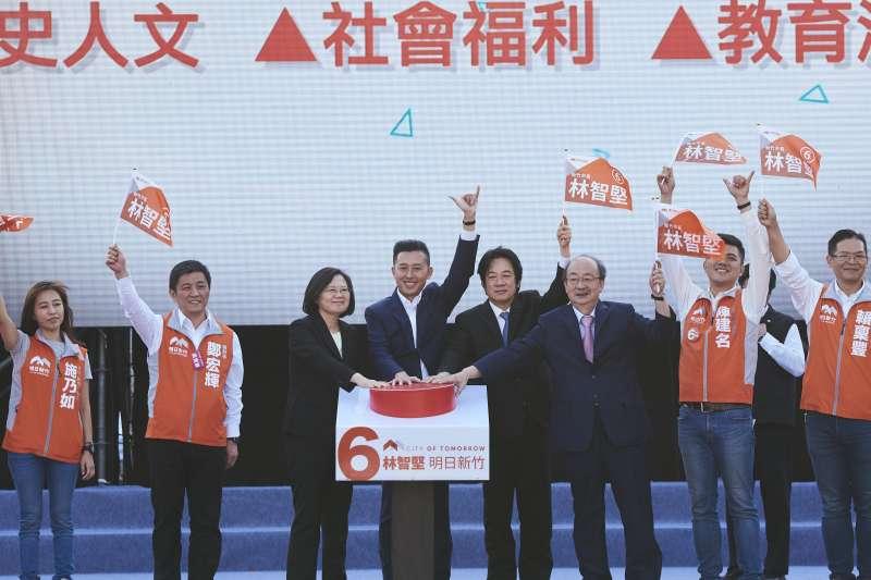 新竹市長林智堅27日成立競選總部,總統蔡英文站台時呼籲市民全力支持林智堅,讓他高票當選。(民進黨提供)