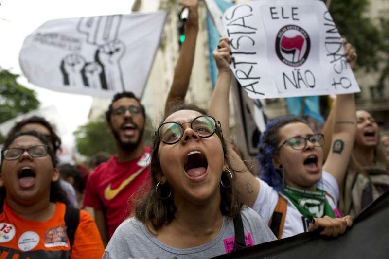 2018年巴西總統大選,抗議博索納羅。(AP)