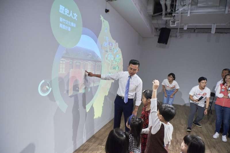 林智堅以「觸控」方式展現城市未來發展藍圖,用嶄新科技讓民眾更了解城市未來。(圖/新竹市政府提供)
