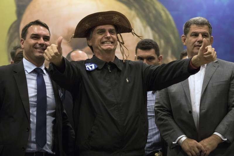 極右派巴西社會自由黨候選人博索納羅民調持續領先,當選無懸念。(美聯社)