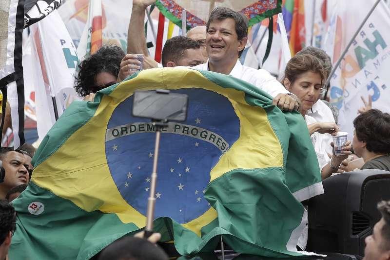 2018年10月28日巴西總統大選第二輪投票,左派巴西勞工黨候選人哈達德參加造勢活動。(美聯社)