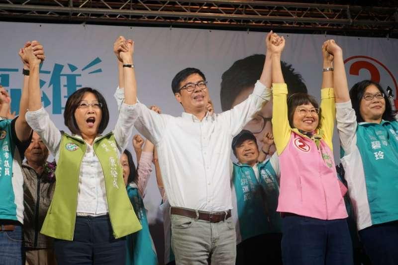 民進黨高雄市長候選人陳其邁(中)選情緊張,高雄市議會議長康裕成(左二)也有隱憂。(陳其邁辦公室提供)