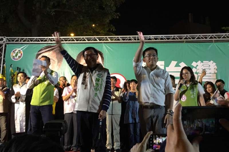 20181028_前總統陳水扁(左)今晚出席兒子陳致中(右)和陳其邁聯合競選總部的造勢晚會時,上階梯不上台。(扁聯會提供)