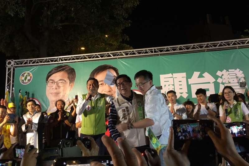 20181028_陳水扁出席兒子陳致中和陳其邁聯合競選總部的造勢晚會,兩人互相擁抱。(扁聯會提供)