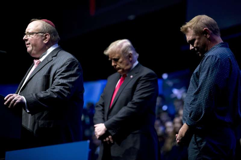 2018年10月27日,美國賓州匹茲堡一座猶太教會堂發生大規模槍擊案,造成慘重死傷,川普總統聞訊後在一場造勢大會上默哀(AP)