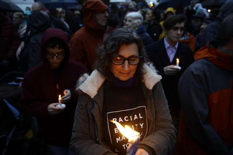 2018年10月27日,美國賓州匹茲堡一座猶太教會堂發生大規模槍擊案,造成慘重死傷(AP)