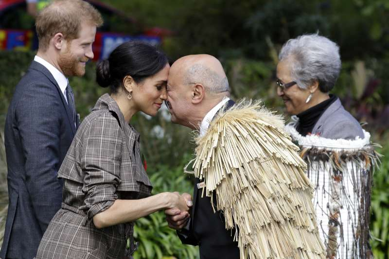 英國哈利王子與妻子梅根28日抵達紐西蘭