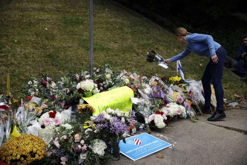 美國匹茲堡猶太教會槍擊案,民眾送上花束緬懷槍擊案的罹難者。(美聯社)