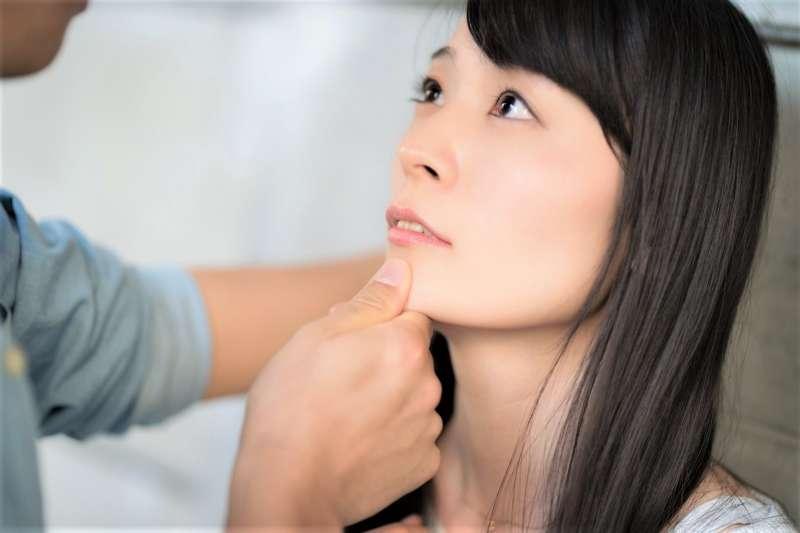 不自覺用口水舔、抿嘴唇,反而會讓你的嘴唇乾裂黯沉。(圖/すしぱく@pakutaso)