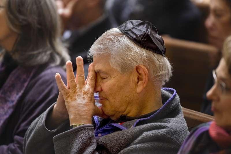 美國匹茲堡猶太教會槍擊案,「生命之樹聚會」猶太教會堂民眾緬懷槍擊案中的罹難者。(美聯社)