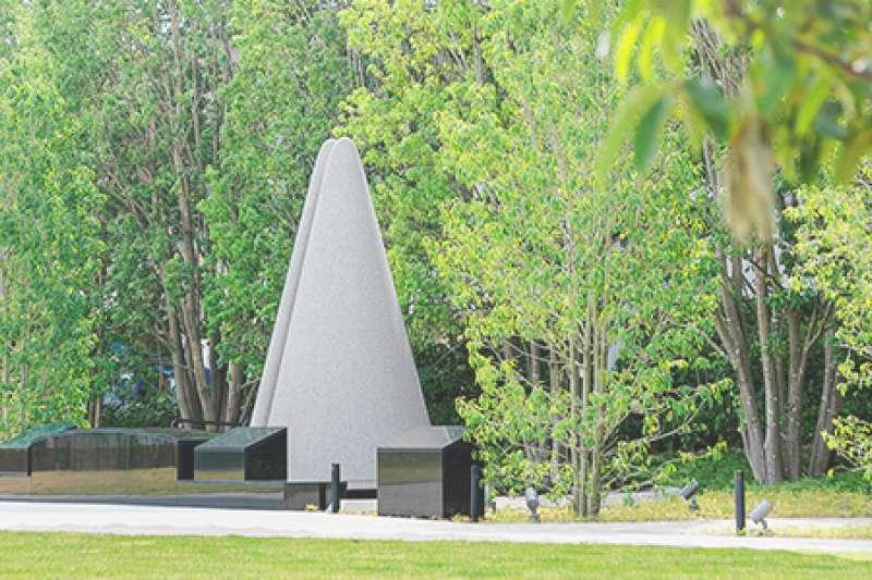 福知山線出軌事故現場,JR西日本公司設立慰靈碑供後世憑弔。(JR西日本官網)