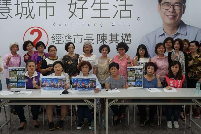 多位高雄在地婦女團體與女性市議員候選人,29日下午在陳其邁競選辦公室共同召開記者會,批評國民黨高雄市長候選人韓國瑜的說法是歧視、物化與貶低女性。(陳其邁辦公室提供)