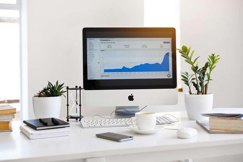凌亂辦公桌讓效率、印象大大減分!趕緊用這些招數讓辦公桌煥然一新!(圖/Serpstat Serpstat@pexels)
