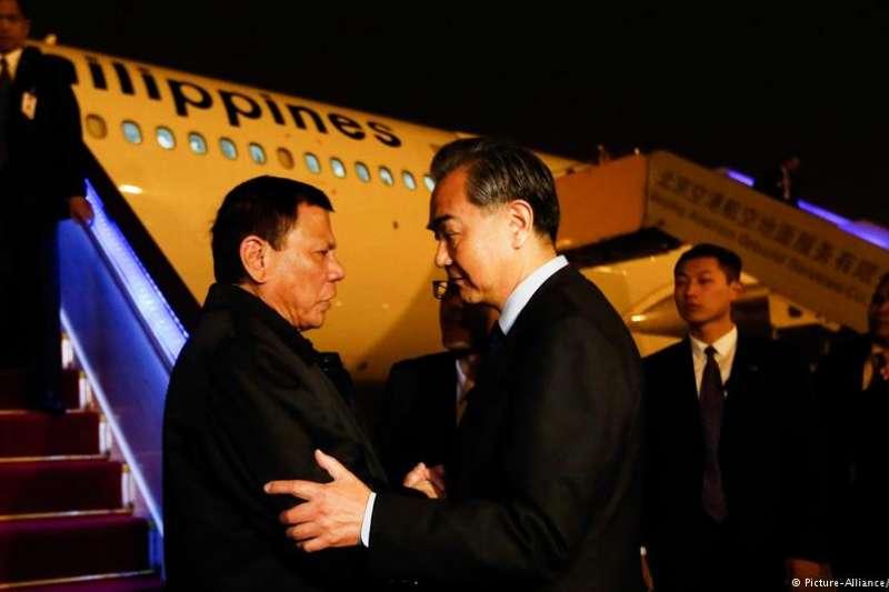 中國外交部長王毅於29日抵達菲律賓,展開為期兩天的官方訪問。他預計將與菲律賓政府,針對基礎建設計畫和南海開發進行協商。(德國之聲)
