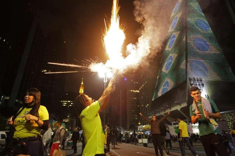 2018年10月28日,極右派巴西社會自由黨候選人博索納羅當選總統,支持者上街慶賀。(美聯社)