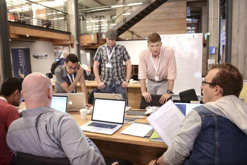 光鮮亮麗的招牌背後,不只人才逐步流失,連新創公司都選擇「逃離矽谷」。(圖/取自Navy Live)
