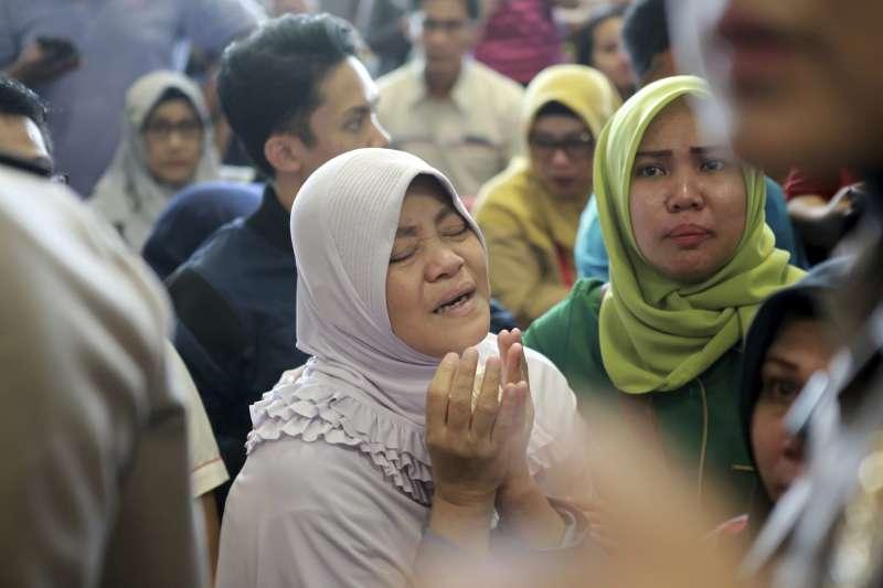 2018年10月29日,一架印尼獅子航空(Lion Air)班機從雅加達機場起飛之後墜毀,乘客家屬焦急悲慟(AP)