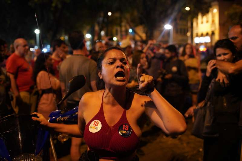2018年10月28日,極右派巴西社會自由黨候選人博索納羅當選總統,反對者強烈不滿。(美聯社)