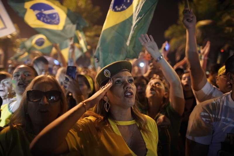 2018年10月28日,極右派巴西社會自由黨候選人博索納羅當選總統,支持者不乏女性。(美聯社)