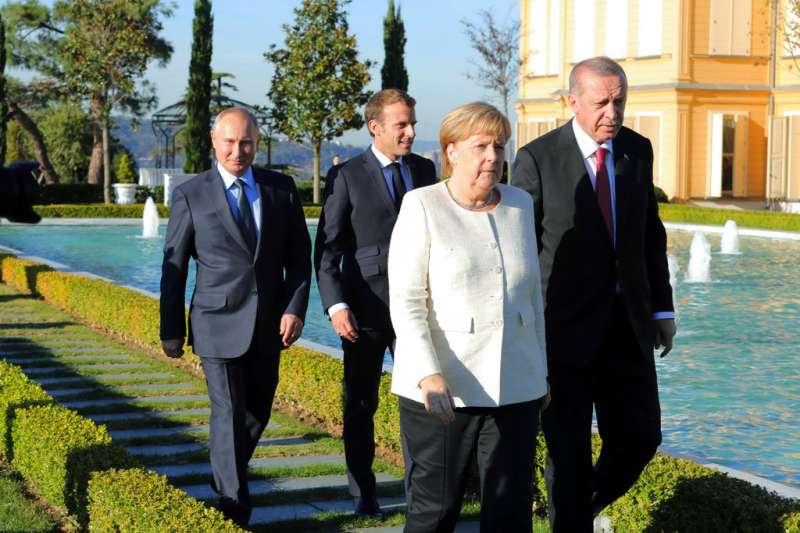 2018年10月27日,俄羅斯總統普京、德國總理梅克爾、土耳其總統艾爾多安、法國總統馬克宏召開伊斯坦堡峰會,商討敘利亞情勢。(AP)
