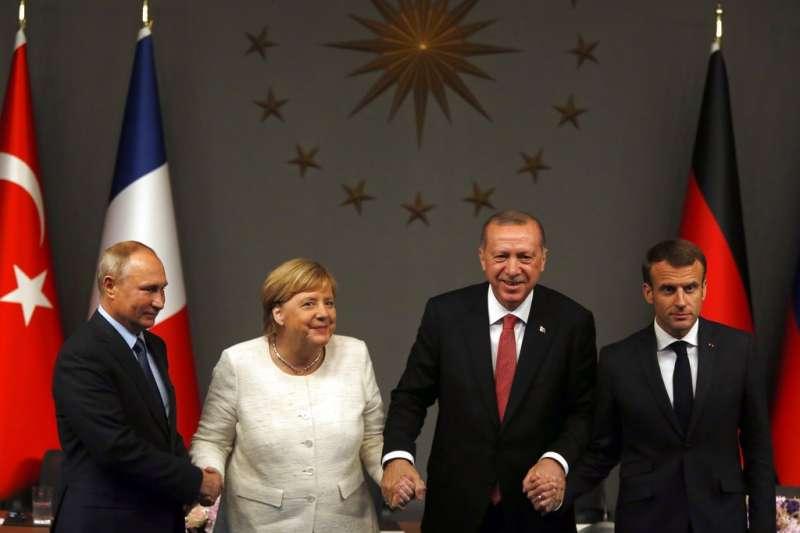 2018年10月27日,俄羅斯總統普京、德國總理梅克爾、土耳其總統艾爾多安、法國總統馬克宏召開伊斯坦堡峰會,共同商討敘利亞情勢。(AP)