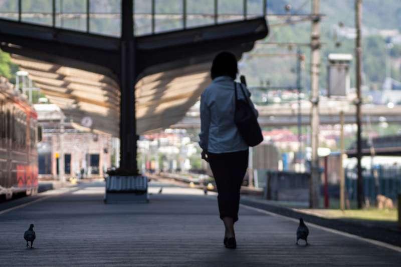 女人 背影(示意圖/Anne Worner@pixabay)https://www.flickr.com/photos/wefi_official/43466031081/in