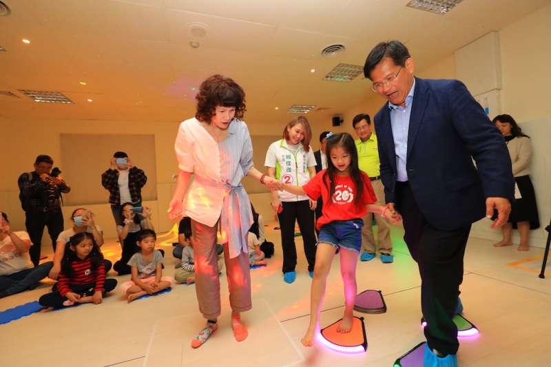 台中市長林佳龍主持北區親子館啟用,跟小朋友一起體驗遊憩內容。(圖/台中市政府提供)