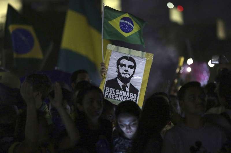 2018年10月28日,極右派巴西社會自由黨候選人博索納羅當選總統,支持者慶賀。(美聯社)
