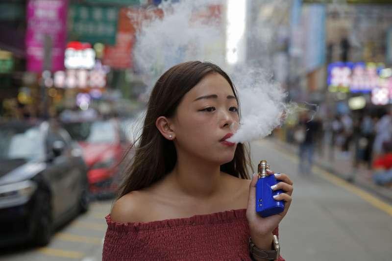 美高中生電子菸使用率將近倍增,當局加強管制。(AP)