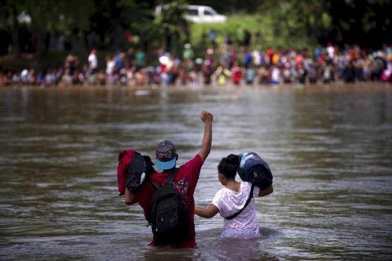 中美洲移民強行渡過瓜地馬拉與墨西哥之間的界河—蘇恰特河,但隨即遭到墨西哥警方攔阻上岸。(美聯社)