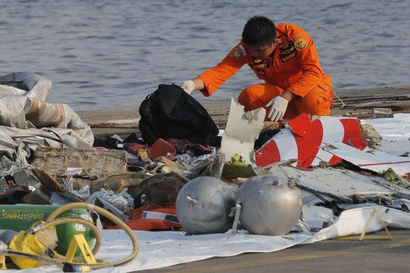 2018年10月29日,印尼獅子航空一架由雅加達飛往邦加檳港的班機墜毀大海,機上189人全部罹難,這是死難者的物品(AP)