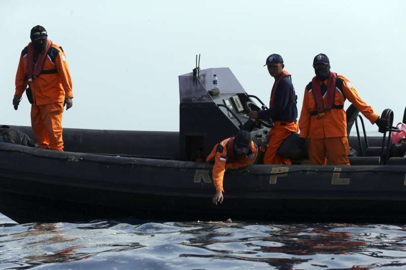 2018年10月29日,印尼狮子航空一架由雅加达飞往邦加槟港的班机坠毁大海,机上189人全部罹难,,搜寻人员进行打捞(AP)